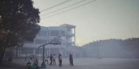 垃圾燃烧时,操场上烟雾弥漫。(图片由受访人提供) - 安徽网络电视台