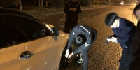 巡警充当修车工 - 安徽网络电视台