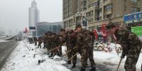 武警官兵正在南一环清理冰雪 - 安徽网络电视台