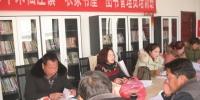 张怀萍(左2)在辅导后主持座谈交流活动 - 安徽新闻网