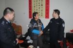 """""""背包警察""""余继志(右)在走访群众。 - 安徽网络电视台"""