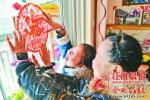 刚刚搬入新房的席庆江一家,孩子们正在贴窗花。 - 安徽网络电视台