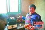 66岁的李阿姨正在家中炸圆子。 - 安徽网络电视台