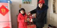 志愿者为留守儿童送来孩子爱吃的食品 - 安徽新闻网