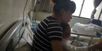 医院里,张先生的妻子抱着受伤的儿子。 - 安徽网络电视台
