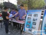 市工商局工作人员向市民发放宣传资料 - 安徽新闻网