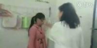 红衣女生(左)被扇耳光。 (视频截图) - 安徽网络电视台