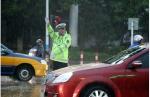 芜湖:暴雨洗城   交警上路保畅通 - 公安厅