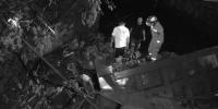 货车行驶中爆胎 坠河后困住司机 - 安徽网络电视台