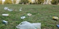 草坪上随处可见垃圾 - 安徽网络电视台